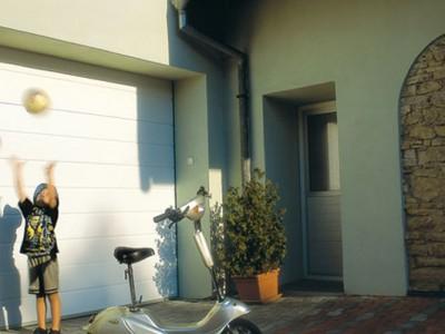 design garážových vrat drážka (bílá)