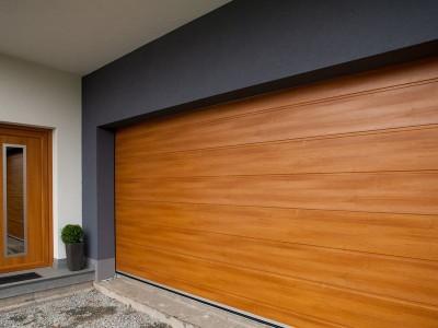design garážových vrat drážka (imitace dřeva walnuss curcuma)