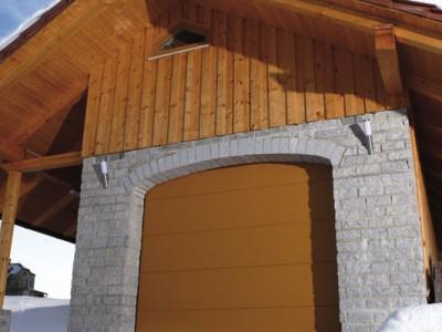 design garážových vrat hladký (imitace dřeva oregon)