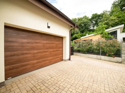 design garážových vrat hladký (imitace dřeva sienna rosso)