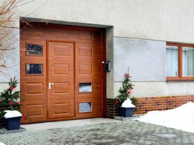 design garážových vrat kazeta (imitace dřeva zlatý dub) s integrovaným vstupem