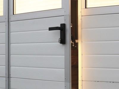 Detail integrovaných vstupních dveří ve vratech BASE plus