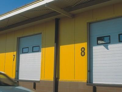 Průmyslová vrata s obdélníkovými okénky